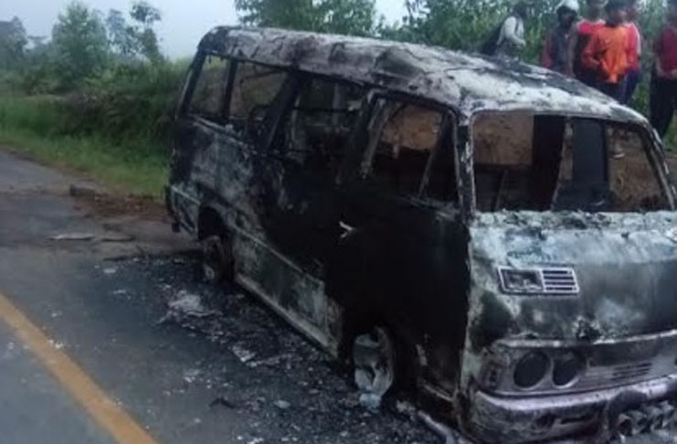 mini bus ludes terbakar